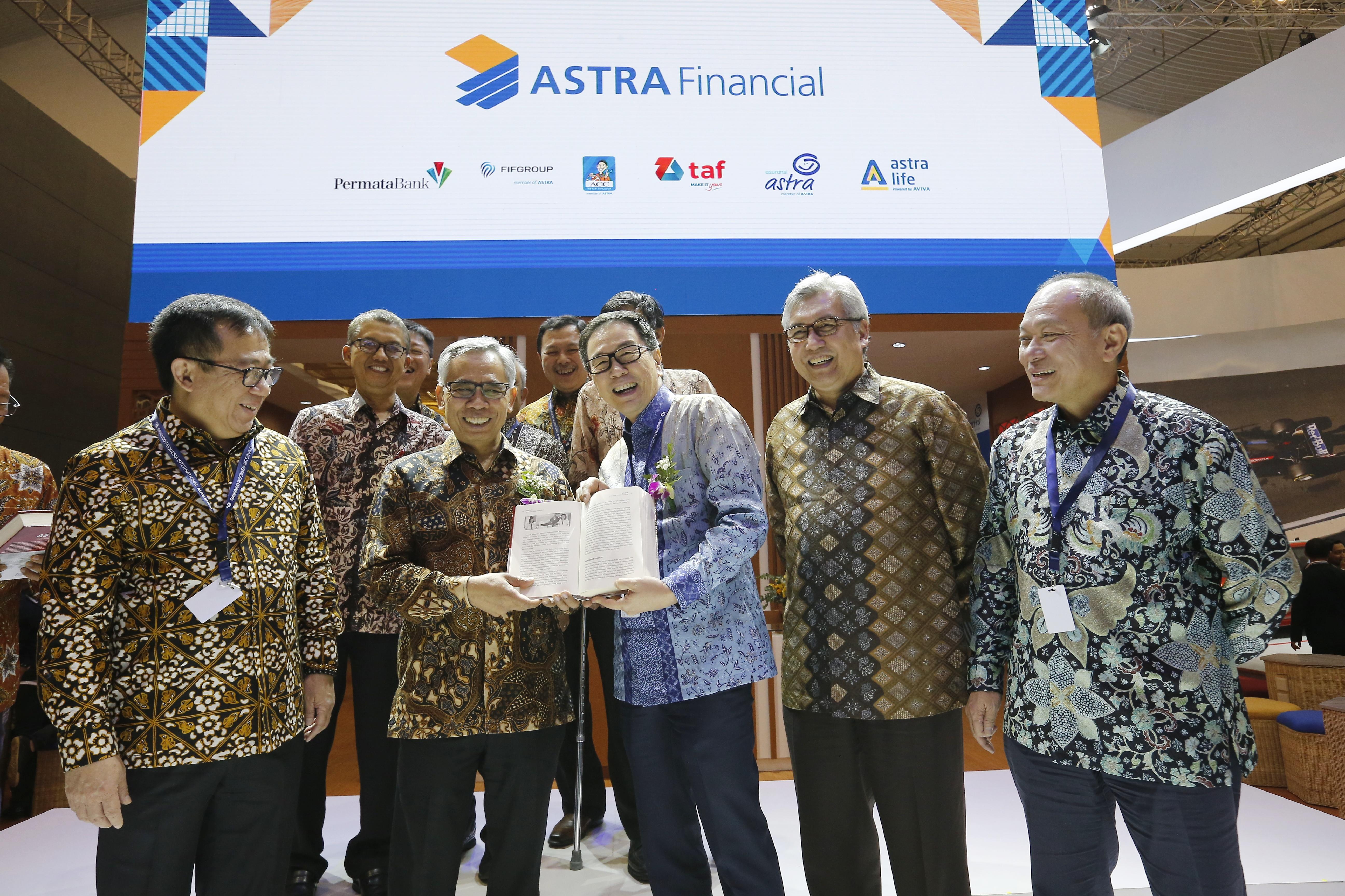 Ketua Otoritas Jasa Keuangan Resmikan Booth Astra Financial di GIIAS 2019